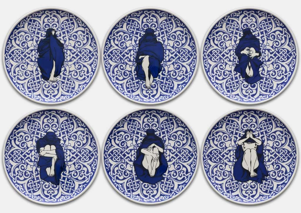 Dana Widawski · Wrapped Woman – Pizzateller I–VI, 2/5 · 2018 · Telleredition 3/5 · Unterglasurmalerei auf Keramik